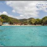 Kleine Bucht mit blauem Karibischem Wasser aus der Sicht eines Tauchers